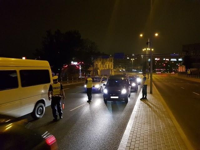 """W weekend białostoccy policjanci przeprowadzili działania profilaktyczne """"Dyskoteka"""". Miały one na celu ochronę bezpieczeństwa i porządku publicznego w miejscach o największej liczbie klubów nocnych i dyskotek. Działaniami, które odbyły się od godz. 17 do godz. 1, objęty został rejon ścisłego centrum Białegostoku. - Podczas działań policjanci wylegitymowali ponad 120 osób, skontrolowali 90 pojazdów oraz zbadali stan trzeźwość ponad 550 kierujących - mówi oficer prasowy KWP w Białymstoku. - Niestety, okazało się, że dwóch z nich prowadziło pojazd pod wpływem alkoholu."""
