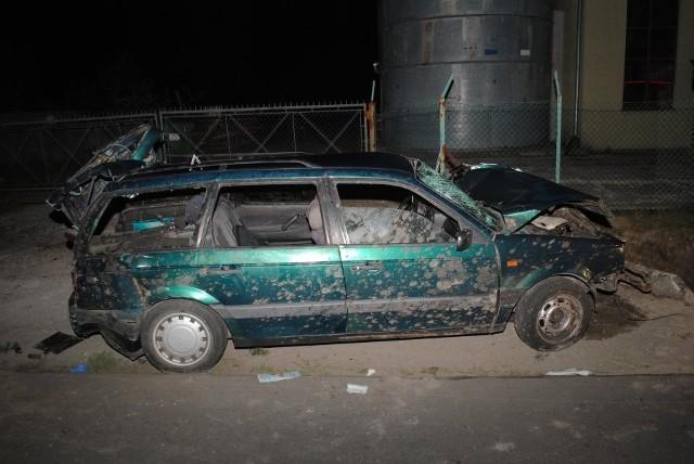 Do wypadku doszło w miejscowości Pigany, na drodze powiatowej relacji Sieniawa - Piskorowice w pow przeworskim.Jak wynika ze wstępnych ustaleń policjantów, kierujący volkswagenem, 25-letni obywatel Ukrainy na prostym odcinku drogi zjechał na przeciwny pas ruchu i uderzył w betonowy przepust, następnie dachował. Passatem podróżowało czterech mężczyzn. Wszyscy z obrażeniami trafili do szpitala. Od kierującego została pobrana krew do badań.Obecnie trwają czynności w tej sprawie.