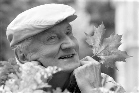 Jerzy Szewczyk (1937 – 2021) – poeta, podróżnik - powołał i propagował nowe święto na powitanie jesieni – Dzień Spadającego Liścia
