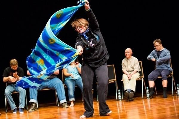 """Sceny ze spektaklu Jérôme Bela """"Disabled Theater"""""""
