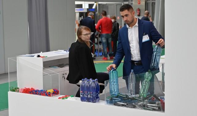 """W Kielcach trwają Międzynarodowe Targi Przetwórstwa Tworzyw Sztucznych i Gumy Plastpol. W tym roku wyjątkowo odbywają się jesienią. W Targach Kielce, do czwartku, 8 października, można oglądać wyroby z plastiku i ekologiczne produkty, które są konkurencją dla tworzyw sztucznych. Na wystawie prezentuje się 147 wystawców z 12 krajów. Przedstawiciele firm z Austrii, Czechy, Danii, Holandii, Litwy, Niemiec, Polski, Serbii, Słowenii, Szwajcarii, Ukrainy i Włoch do czwartku, 8 października prezentują swoją ofertę w branży tworzyw sztucznych, która w mniejszym stopniu dotknięta była w tym roku surowymi obostrzeniami nałożonymi z powodu koronawirusa i ich konsekwencjami. Mimo pandemii, produkcja """"opakowań"""" była wysoka. Koronawirus nie odcisnął na niej dotkliwego piętna, z wyjątkiem na przykład przemysłu samochodowego, który odnotował spadek w związku z pogorszeniem koniunktury gospodarczej.W tegorocznej edycji Targów Plastpol bierze udział 147 wystawców z 12 krajów. W czwartek, 8 października targi trwają od godziny 10 do 16. Bilet wstępu w kasie targów kosztuje 50 złotych, kupiony online 25 złotych.  Na kolejnych slajdach najciekawsze stoiska targów"""