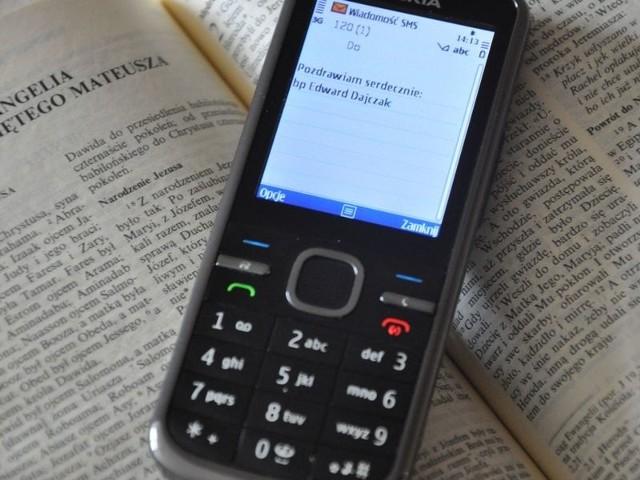 """Aby aktywować usługę, trzeba tylko wysłać sms o treści: """"Zapraszam Jezusa"""" na numer 512-246-412. Każdego dnia wieczorem treść SMS będzie też opublikowana na stronie www.smsznieba.pl."""