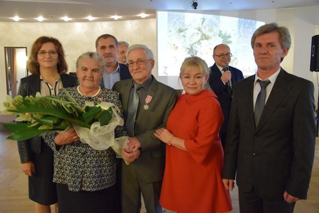 Łucja i Maciej Drzazgowie z wojewodą Agatą Wojtyszek, córką Anną i synami Jarosławem i Sławomirem