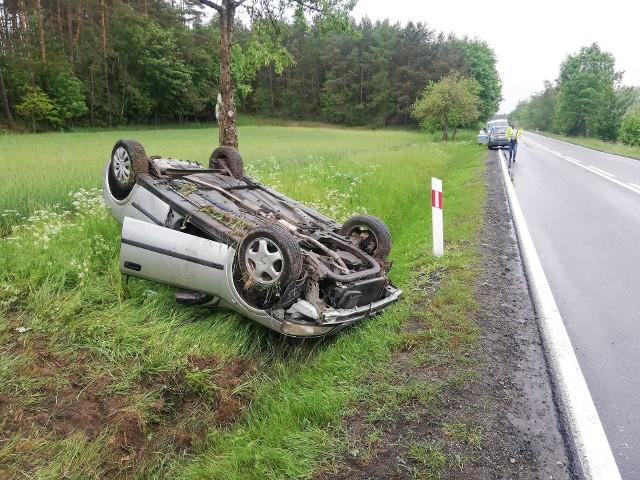 Wypadek na drodze krajowej nr 25 z Białego Boru do Człuchowa. Ucierpiał młody kierowca.Do groźnego zdarzenia doszło we wtorek na DK 25 między Człuchowem a Białym Borem. Kierowca opla astra stracił panowanie na mokrej nawierzchni, zjechał na pobocze i uderzył samochodem w drzewo. W wyniku zderzenia auto dachowało. Poszkodowany został kierowca. Zobacz także: śmiertelny wypadek w Mścicach