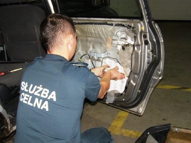 Papierosy były ukryte w różnych miejscach samochodu, także w podwójne podłodze.