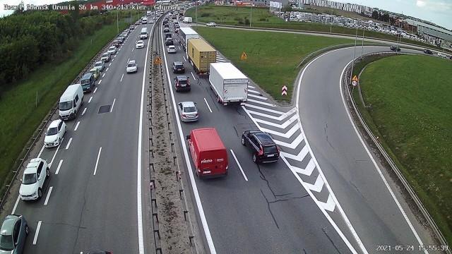 Korki po zderzeniu dwóch ciężarówek na S7 na wysokości węzła Lipce w Gdańsku w poniedziałek, 24.05.2021 r.