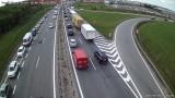 Zderzenie dwóch ciężarówek na S7 na wysokości węzła Lipce w Gdańsku. 24.05.2021 r. Przeładowywana jest ciężarówka, duże utrudnienia