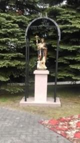 Rzeszotary. Na jubileusz parafii przed kościołem stanęła figura patrona. W dniu jego imienin zostanie poświęcona