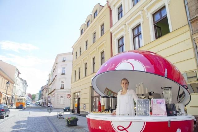 Aleksandra Wszołek i jej zaczarowana kawowa kula podczas jednej z wakacyjnych imprez na ulicy Długiej w Bydgoszczy. W przyszłości otworzy prawdziwą, dużą kawiarnię.