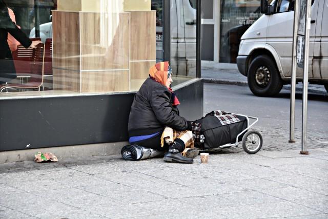 Choć państwo wydało na różne formy pomocy osobom bezdomnym wiele milionów złotych, nie wiadomo, czy te pieniądze zostały dobrze wykorzystane.