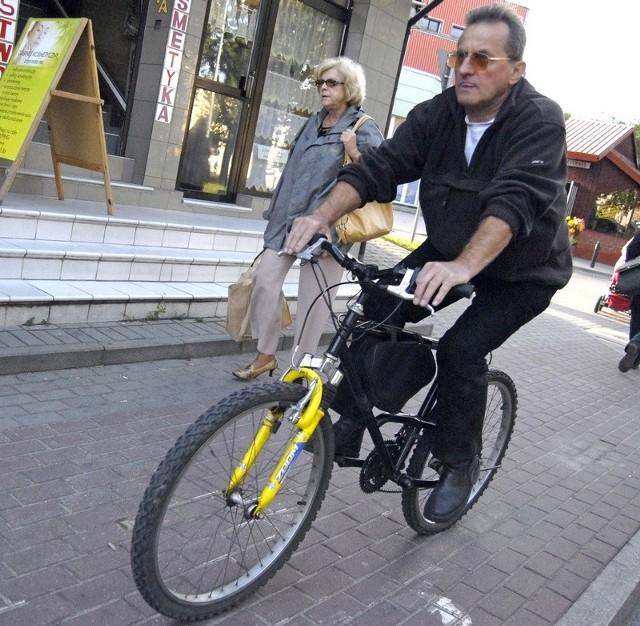 Ścieżka rowerowa na ulicy Kopernika. Jeden z wielu przykładów absurdów w Słupsku.
