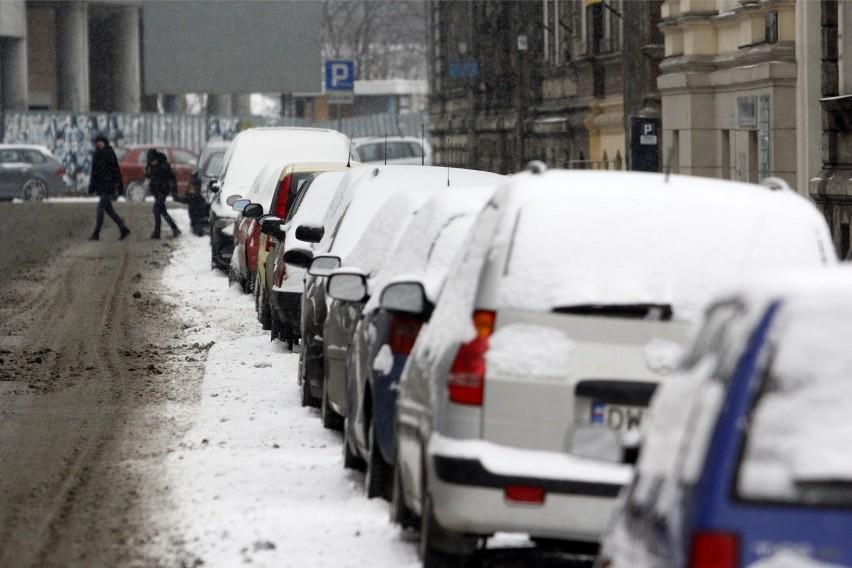 Wrocław: Padał śnieg. Wszystkie pługi jeszcze nie wyjechały (PROGNOZA)