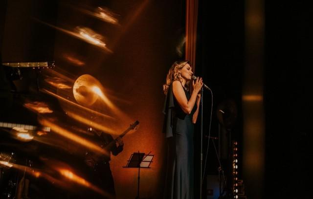 """Joanna Aleksandrowicz koncertem """"Od nocy do nocy"""" w premierowej odsłonie miała okazję gościć na Festiwalu Literackim Noblistki Olgi Tokarczuk. Teraz wystąpi w Gniewkowie"""