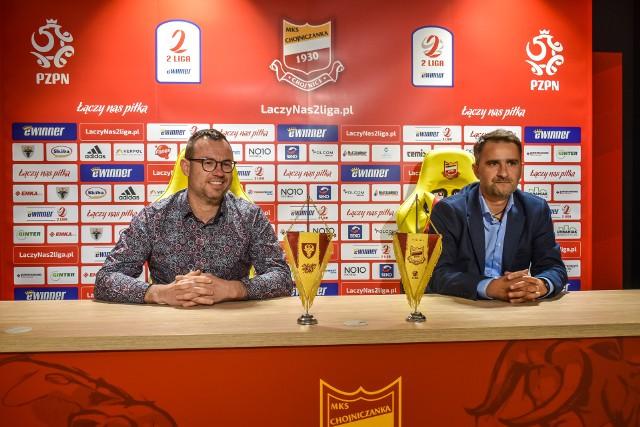 """Jarosław Klauzo, prezes Chojniczanki Chojnice (z lewej) oraz Tomasz Kafarski, nowy szkoleniowiec """"Chojny"""" podczas poniedziałkowej konferencji prasowej"""