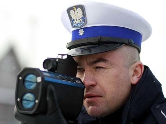 Mł. asp. Maciej Zakrzewski z laserowym miernikiem prędkości