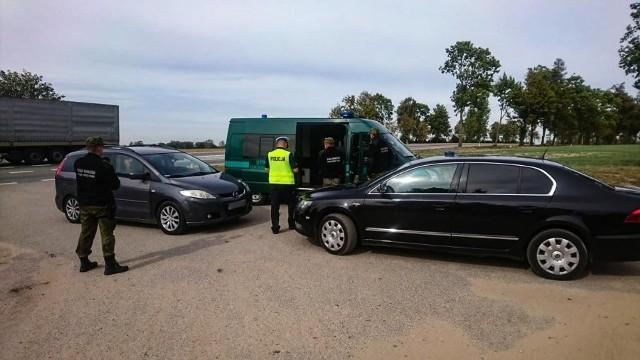 """Policjanci z grupy """"speed"""" zatrzymali do kontroli drogowej mazdę, której kierowca nieprawidłowo wyprzedzał inny pojazd na oznakowanym skrzyżowaniu."""