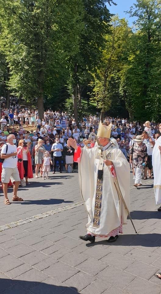 Niedziela, 16 sierpnia 2020. Odpust w kalwaryjskim sanktuarium. Jan Paweł II tego dnia został oficjalnie patronem miasta. Dekret wręczył burmistrzowi arcybiskup Jędraszewski.