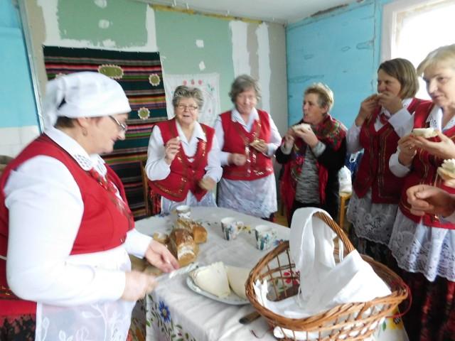 """Panie ze Stowarzyszenia """"Kobiety dla Starej Błotnicy"""" przypominają """"Dawne prace domowe"""". Tym razem piekły chleb i robiły biały ser."""