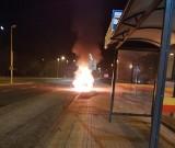 Citroen płonął jak pochodnia. Policjanci poszukują kierowcy i pasażera ZDJĘCIA