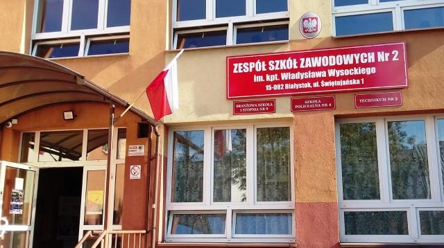 """Projekt """"Zespół Szkół Zawodowych nr 2 – Szkoła inteligentnych specjalizacji"""", jest realizowany przez Miasto Białystok. Jego wartość przekracza 3 mln zł, w tym prawie 2,7 mln zł to dofinansowanie z UE. W ramach projektu, istniejący w szkole przy Świętojańskiej 1, budynek warsztatowy zostanie przebudowany i dostosowany do potrzeb dydaktycznych, a pracownie wyposażone w nowoczesny sprzęt, do produkcji elementów z tworzyw sztucznych. Zakończenie prac przewidziane jest na koniec grudnia."""