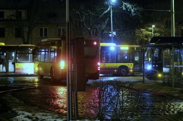 Pętla MPK na Sępolnie. Tutaj w poniedziałek wieczorem doszło do tragicznego wypadku. Po mężczyźnie miały przejechać dwa autobusy. Trzeba przyznać, że to miejsce jest słabo oświetlone