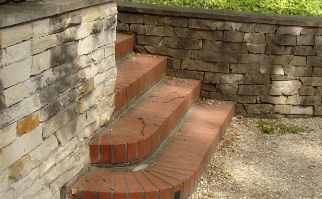 Murki oporowe nie tylko pozwalają poradzić sobie z uskokami terenu, ale też stanowią bardzo ciekawy detal architektoniczny ogrodu.