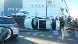 Wypadek w Katowicach przy 3 Stawach ZOBACZCIE ZDJĘCIA Zderzyły się dwa auta. Jedno leży na boku