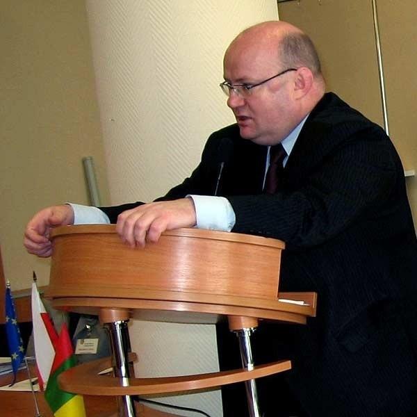 - Jeżeli nie będzie podwyżek, będą cięcia w inwestycjach - przekonywał prezydent Andrzej Szlęzak (z lewej). Radnych nie przekonał.