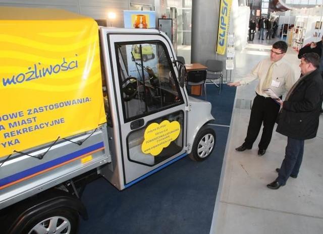 - Jestem zainteresowany elektryczną ciężarówką, bo przy obec-nych cenach benzyny jest bardzo ekonomiczna w użytkowaniu – mówił Mariusz Gapiński, właściciel firmy Komatech, który na targach oglądał taki właśnie samochód za 34.840 złotych.
