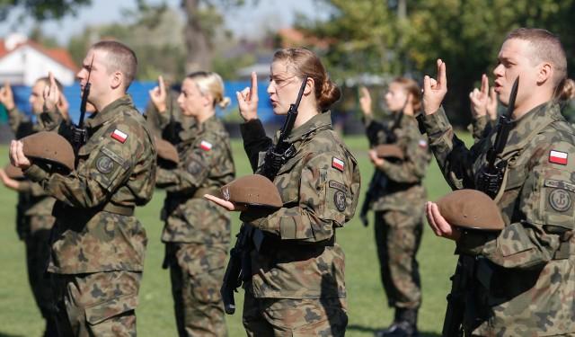 66 ochotników z 3. Podkarpackiej Brygady Obrony Terytorialnej złożyło dziś w Dębicy przysięgę wojskową. Wśród nich było aż 18 kobiet. Uroczystość odbyła się na stadionie miejskim. Zobaczcie zdjęcia.