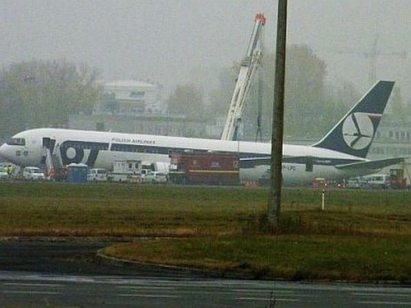 Boeing 767 na płycie lotniska Okęcie.