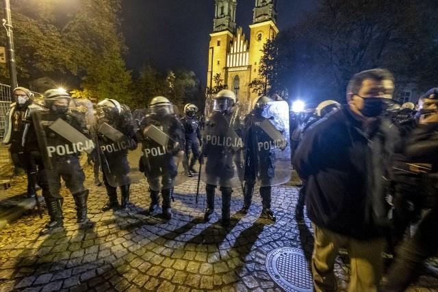 W poniedziałek odbyły się kolejne protesty przeciwko zaostrzeniu prawa aborcyjnego w Poznaniu. W jego trakcie doszło do pobicia 21-letniej Julii.
