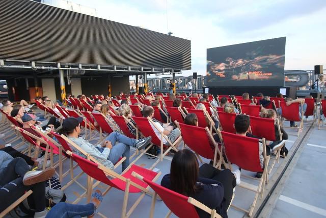 Kino Letnie na dachu Supersamu w Katowicach cieszy się dużym powodzeniemZobacz kolejne zdjęcia. Przesuwaj zdjęcia w prawo - naciśnij strzałkę lub przycisk NASTĘPNE