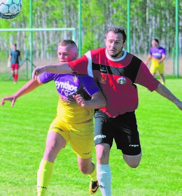 KS Żupawa (czerwone stroje) zremisował z Transdźwigiem Stale 0:0