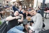 Sobotni wieczór na Piotrkowskiej - ogródki restauracji i pubów pełne gości! Zobacz, jak tłumy łodzian świętują otwarcie lokali