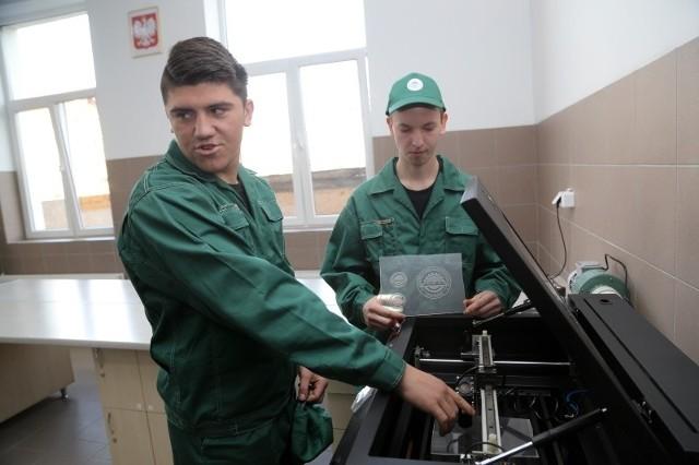 Dawid Witosławski (z lewej) i Kamil Tołcz dopiero uczą się obsługi nowoczesnych maszyn w ZST.