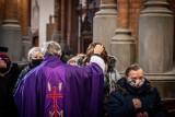 Środa Popielcowa w Kościele katolickim. Popiół na głowach wiernych. To początek Wielkiego Postu i przygotowania do Wielkanocy