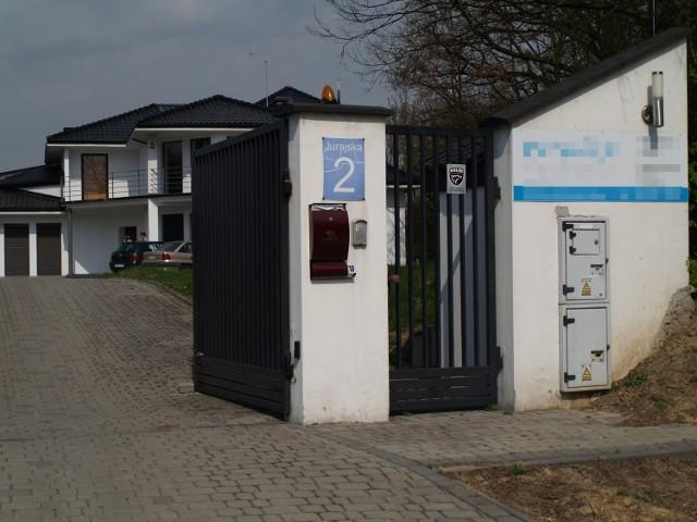 Siedziba Career Investment przy Jurajskiej 2 w Krakowie. Na szyldzie widnieje nazwa firmy... organizującej wesela