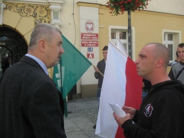 Przed ratuszem jedynie radny Józef Szczotka wdał się w dyskusję z liderem pikietujących Markiem Marchlewiczem.