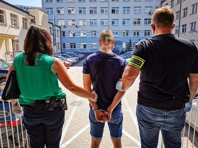Policja zatrzymała dwóch młodych ludzi. Odpowiedzą za napad i pobicie na osiedlu Białostoczek