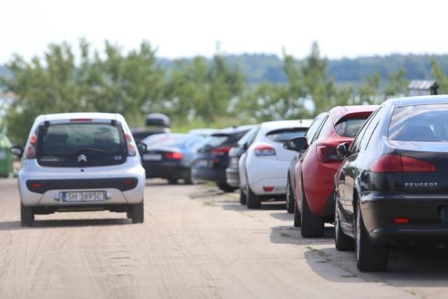 Parkowanie przy przejściu dla pieszychW odległości 10 m od przejścia dla pieszych auta postawić nie wolno i nie musi tu być zakazujących tego znaków. Czytaj dalej. Przesuwaj zdjęcia w prawo - naciśnij strzałkę lub przycisk NASTĘPNE