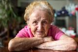 Babcia Plus. Nowe świadczenie dla emerytów? Czy to dobre rozwiązanie? Ekspert tłumaczy szanse i zagrożenia programu