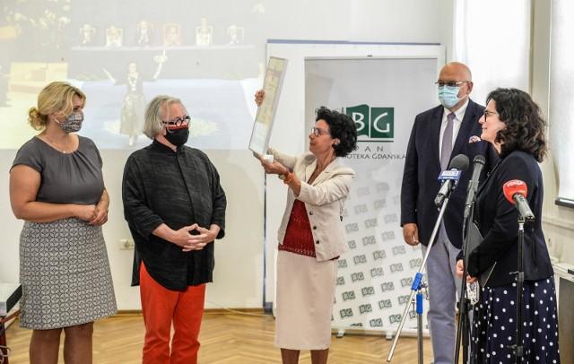 Dyrektor Biblioteki Polskiej Akademii Nauk w Gdańsku Anna Walczak odbierająca Nagrodę Księżnej Asturii, którą rok temu przyznano miastu Gdańsk