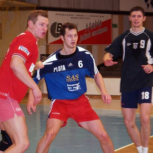 Łukasz Kandora (w środku) zbyt krótko trenował z nowymi kolegami przed tak waznym meczem.