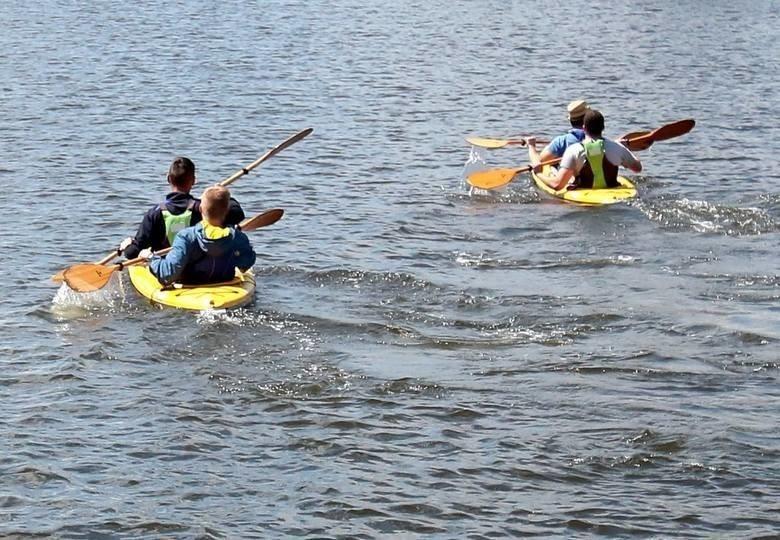 Szczecin i sąsiadujące z nim miejscowości dają wielkie możliwości tym, którzy lubią obserwować świat z perspektywy wody. Międzodrze, liczne jeziora są wielce atrakcyjnymi miejscami dla miłośników kajaków. Oto miejsca, w których zaopatrzymy się w łódki i wyruszymy w najciekawsze zakątki.KLIKNIJ W GALERIĘ, BY SPRAWDZIĆ PROPONOWANE MIEJSCA>>>>