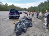 Pasjonaci motoryzacji z Grudziądza i Świecia sprzątali las przy pasie lotniska w Osiu. Zobacz zdjęcia z wiosennych porządków