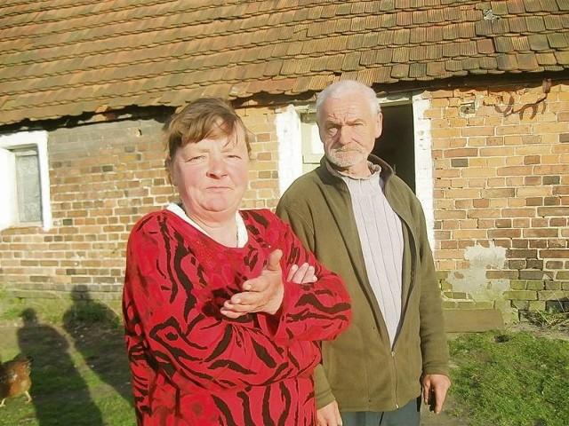 - Od zawsze mieszkaliśmy w tym domu, razem z rodzicami - mówią Barbara i Władysław Pawłowscy. - A biegli twierdzą, że nie ma prądu, wody i kanalizacji.