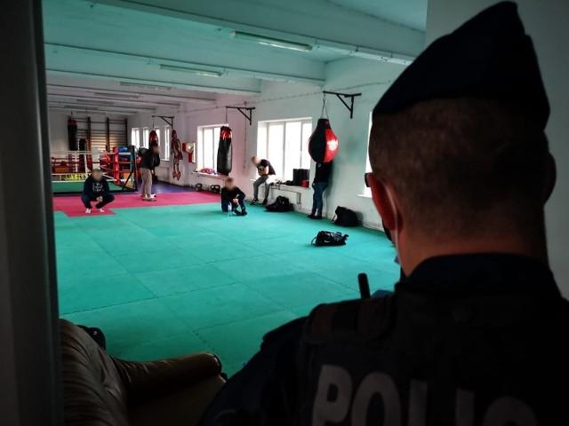 Mimo zakazu gromadzenia się kibice jednej z łódzkich drużyn piłkarskich spotkali się na treningu bokserskim. W klubie na Polesiu zorganizowano go dla wtajemniczonych. W sumie na sali treningowej spotkało się jedenastu mężczyzn w wieku 20-37 lat. WIDEO I WIĘCEJ INFORMACJI - KLIKNIJ DALEJ