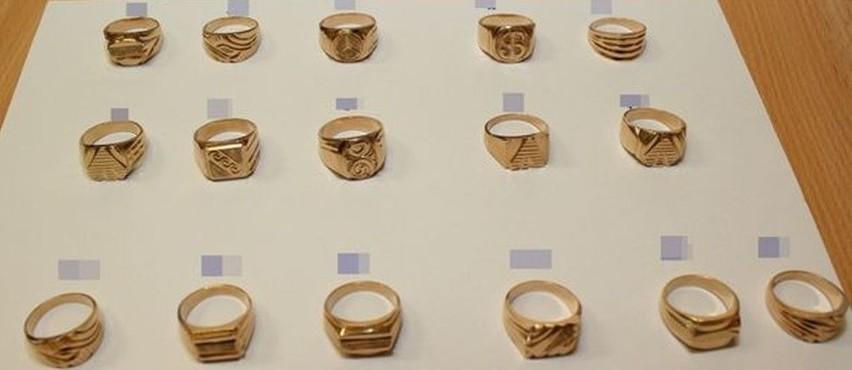 Podczas kontroli samochodu i jego pasażerów znaleźli 16 sygnetów wyglądających jak złote. Później okazało, że to tombak.