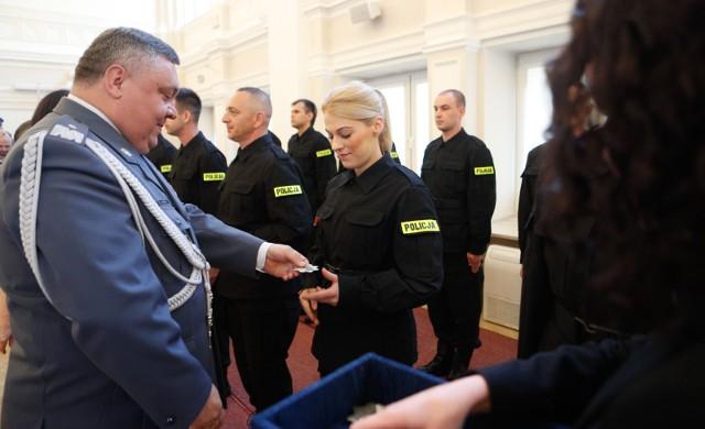 W polskiej policji służy prawie 100 tysięcy funkcjonariuszy. Ich pensja jest sumą wynagrodzenia zasadniczego, dodatku stażowego, a także dodatku służbowego i za stopień. Policjanci mogą również liczyć na mundurówkę, trzynastkę oraz świadczenia w ramach systemu socjalnego.Sprawdź, ile zarabia się na poszczególnych stanowiskach - od kursanta do komendanta głównego!Przejdź do kolejnego slajdu --->